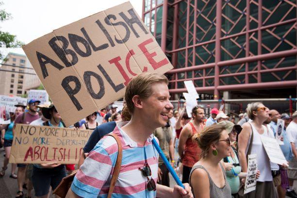 Los manifestantes marchan en un mitin en Minneapolis pidiendo el fin de ICE