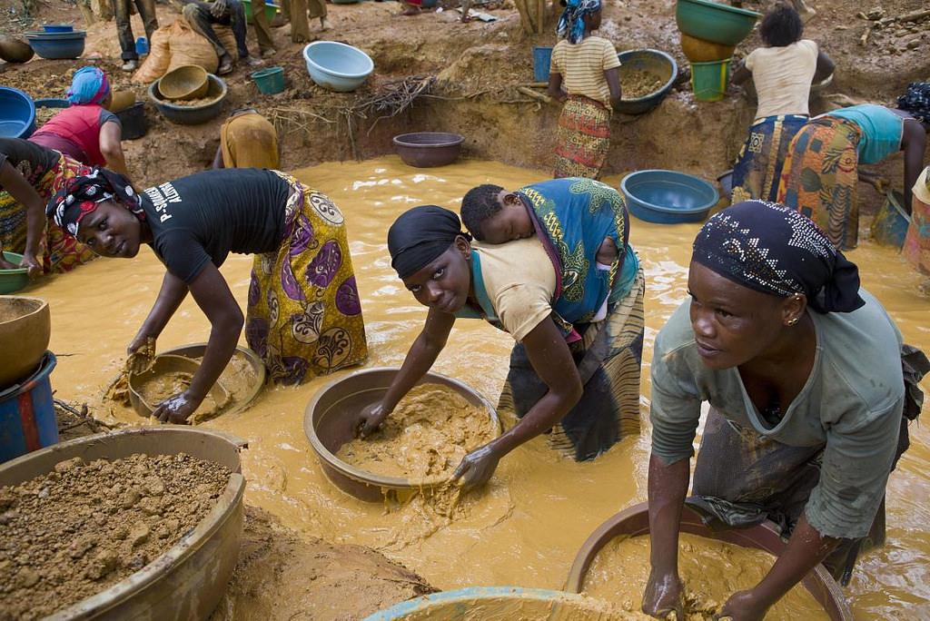 BurkinabeWomenGoldMine HeleneCaux UNHCR