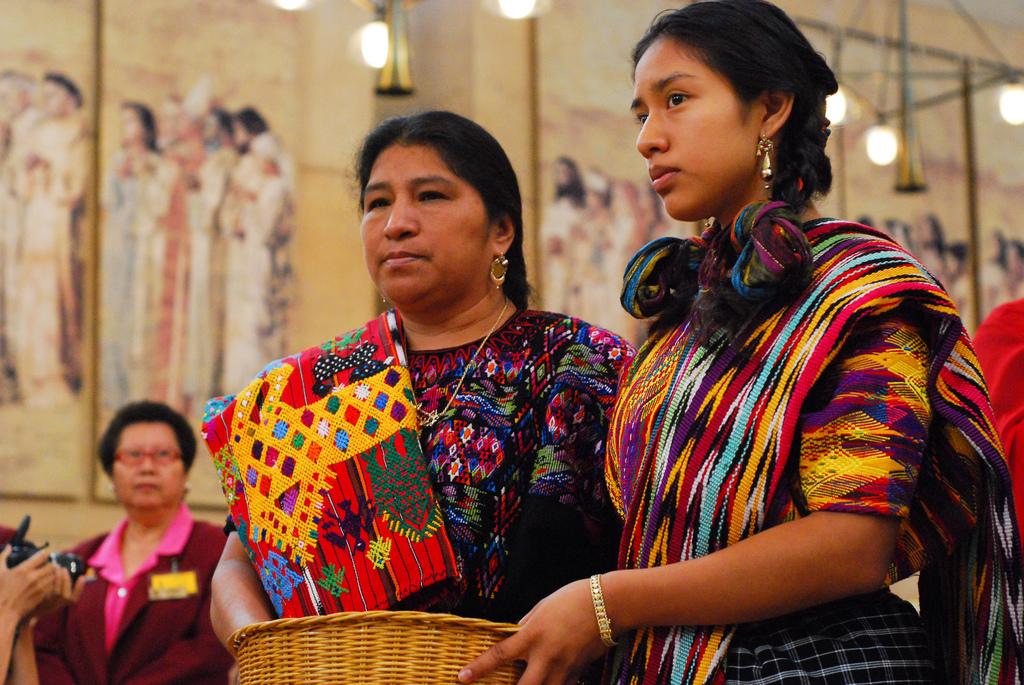 Mujeres guatemaltecas asisten a misa en una iglesia en Los Ángeles.