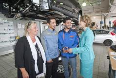 Refugees training at a car dealership in Kaiserslautern being visited by officials of the Ministeriums für Wirtschaft, Klimaschutz, Energie und Landesplanung in Rheinland-Pfalz.